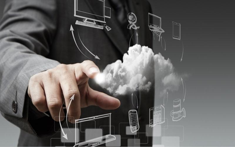 Executivo apontando para ícones de computadores e celulares
