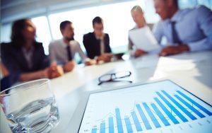 Uma mesa de reunião com executivos