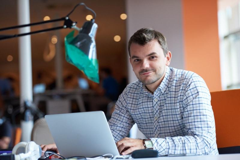 Homem trabalhando no computador