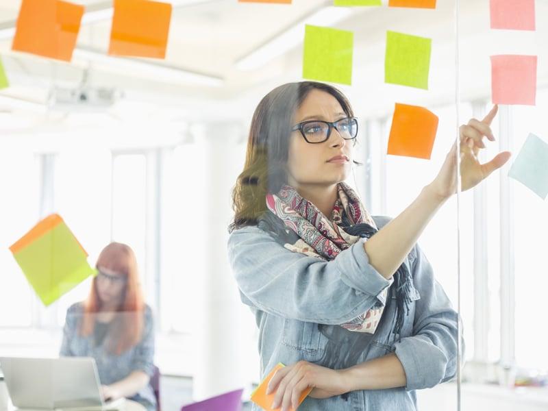 Executiva avaliando Custo de oportunidade e custos invisíveis